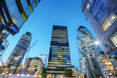 Photo pour Skyscrapers at the City of London at night. - image libre de droit