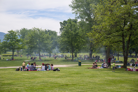 Photo pour Geneva, Switzerland - May 14, 2015: Genevans filling public parks in numbers on the Ascension day, a public holiday - image libre de droit