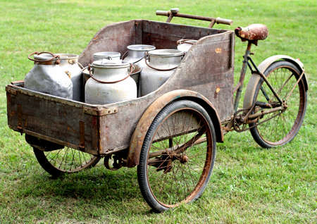 Photo pour rusty old bikes of ancient milkman - image libre de droit