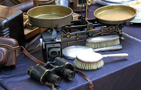 Foto de binocular balance and brushes and other vintage object for sale in antiques - Imagen libre de derechos