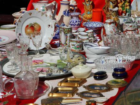 Foto de ancient ceramic cups with the teapot and other vintage objects in the antique shop - Imagen libre de derechos