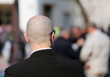 Foto de security guard with dark glasses and a radio headset to control people - Imagen libre de derechos