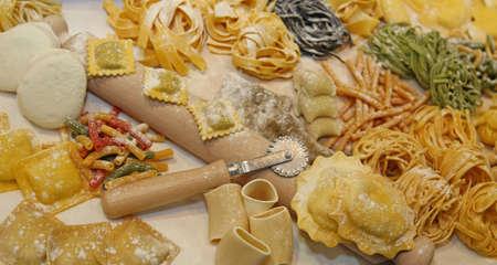 Foto de many sizes of fresh pasta made at home by a good housewife - Imagen libre de derechos