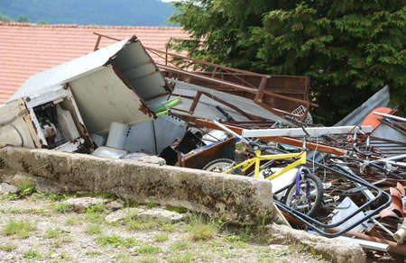 Photo pour Controlled deposit of a dump of ferrous material with many rusty and unusable objects - image libre de droit