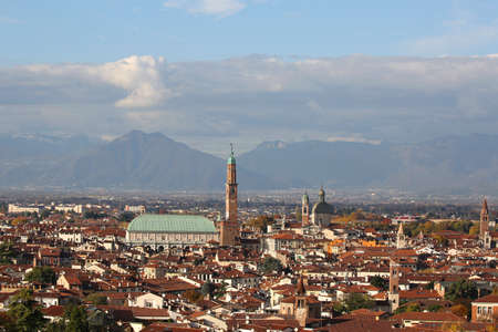 Foto de Wide panoramic view of VICENZA city in Northen Italy and the famous monument called BASILICA PALLADIANA. This name comes from the italian Architect Andrea Palladio - Imagen libre de derechos