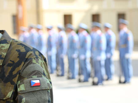 Foto de Army soldier uniform with flag of the Czech Republic in Prague during the changing of the guard in the castle and a patrol of guards - Imagen libre de derechos