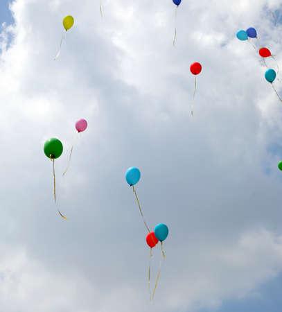 Foto de many colored balloons fly high in the sky - Imagen libre de derechos
