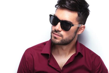 Foto de closeup portrait of a young casual man looking away from the camera. - Imagen libre de derechos