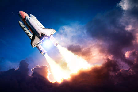 Photo pour Space shuttle taking off on a mission - image libre de droit