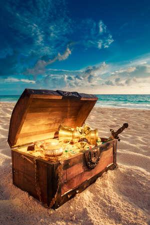 Photo pour open treasure chest with shinny gold - image libre de droit