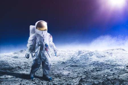 Foto de Astronaut standing on the moon - Imagen libre de derechos