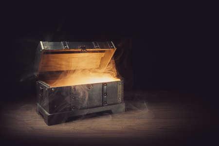 Foto de pandoras box with smoke on a wooden background - Imagen libre de derechos