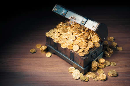 Photo pour Open treasure chest filled with gold coins / HIgh contrast image - image libre de droit