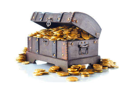 Photo pour Open treasure chest filled with gold coins isolated on white - image libre de droit
