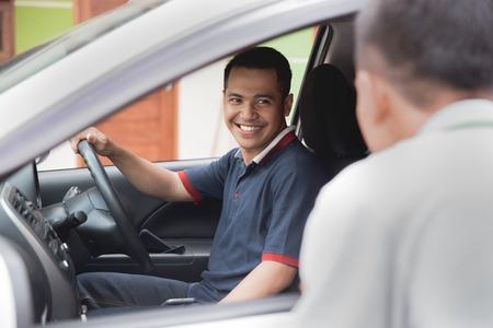 Photo pour man talking to car driver - image libre de droit