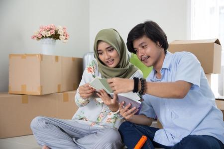 Foto de muslim couple choosing paint - Imagen libre de derechos