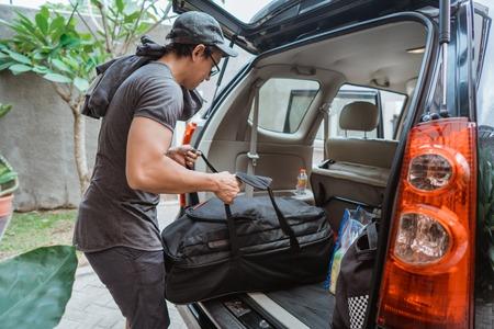 Photo pour portrait of asian man with own luggage ready to go - image libre de droit