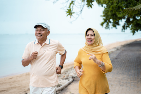 Foto per muslim mature couple doing jogging together - Immagine Royalty Free