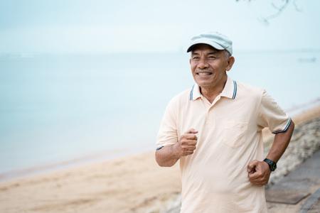 Photo pour mature asian man doing sport outdoor - image libre de droit