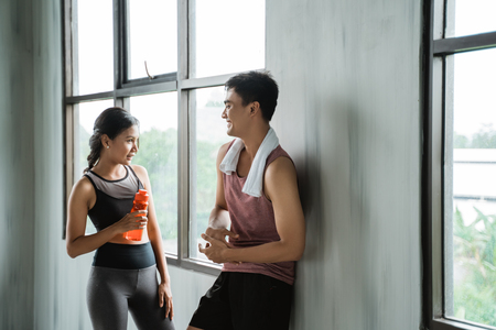 Foto de two sport couple enjoy talking during workout - Imagen libre de derechos