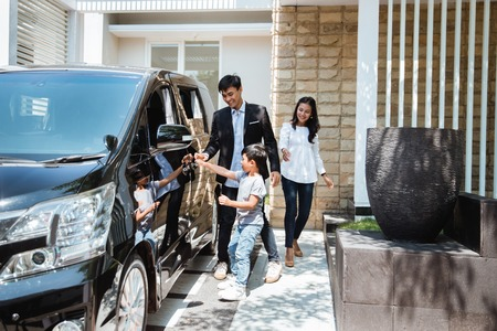 Photo pour kid try to get in to the car with parent - image libre de droit