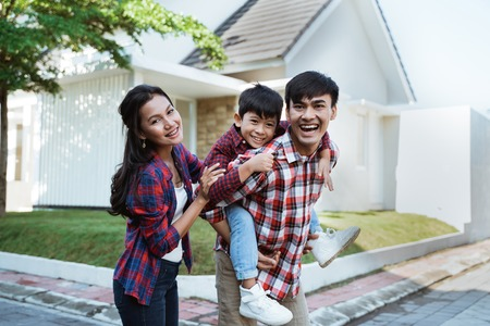 Photo pour asian family standing in front of their new house together - image libre de droit