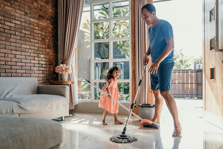 Foto per little girl help her daddy to do chores - Immagine Royalty Free