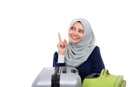 Foto de muslim woman with hijab pointing up - Imagen libre de derechos