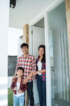 Foto de asian family in front of the door of their house - Imagen libre de derechos