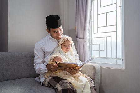 Photo pour muslim father read quran with his daughter - image libre de droit