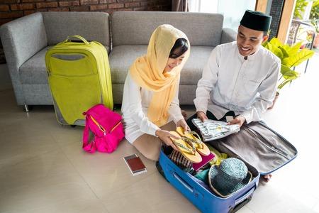 Photo pour muslim couple travelling concept - image libre de droit