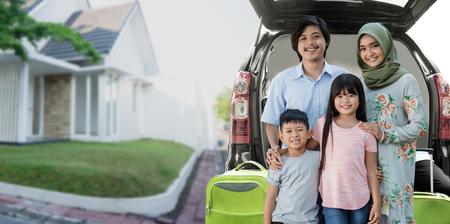 Photo pour asian muslim family travelling concept - image libre de droit