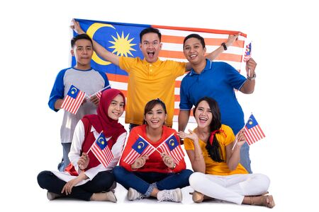Photo pour People holding malaysia flag celebrating independence day - image libre de droit