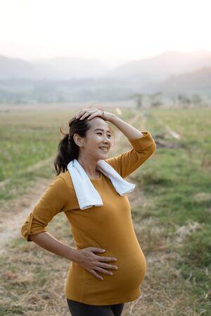 Photo pour pregnant woman workout outdoor - image libre de droit