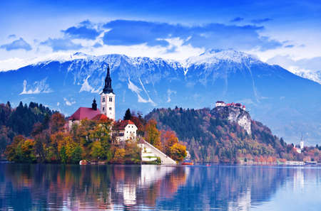 Photo pour Bled with lake, island, castle and mountains in background, Slovenia, Europe - image libre de droit