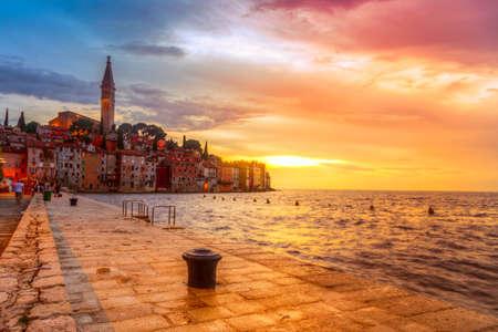 Photo pour Beautiful sunset at Rovinj in Adriatic sea coast of Croatia - image libre de droit