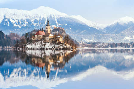Photo pour Lake Bled with St. Marys Church of the Assumption on the small island; Bled, Slovenia, Europe. - image libre de droit