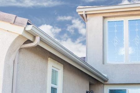 Photo pour House with New Seamless Aluminum Rain Gutters. - image libre de droit