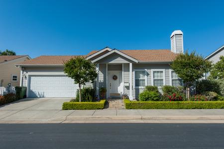 Foto de Single family house with two levels and a short driveway. - Imagen libre de derechos