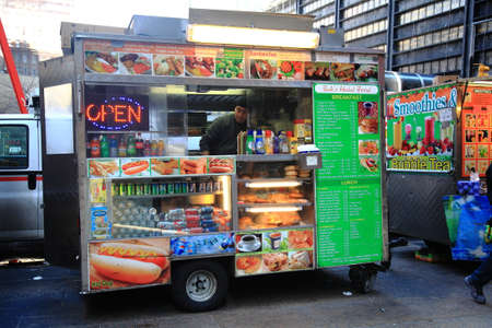 Photo pour New York - March 27, 2013:  Food stand on a Manhattan street. - image libre de droit