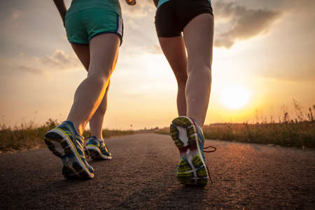 Photo pour Two pretty girls jogging in the morning - image libre de droit