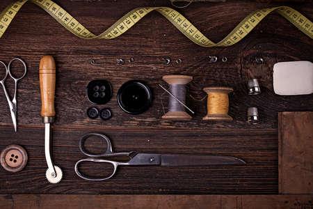 Photo pour Sewing instruments, threads, needles, bobbins and materials. Studio photo - image libre de droit