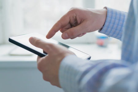 Foto de A man uses a Tablet PC - Imagen libre de derechos