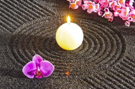 Photo pour Japanese ZEN garden with candle light in sand - image libre de droit