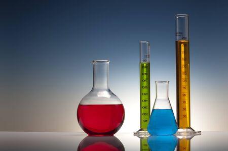 Foto de chemical experiment in laboratory with liquid in glassware - Imagen libre de derechos