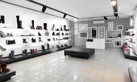 Foto de Bright large shoe store with new collection - Imagen libre de derechos