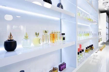 Foto de light and stylish luxury perfume store with famous fragance - Imagen libre de derechos