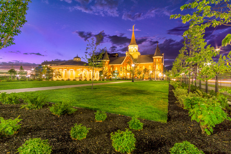 Foto de Provo City LDS Temple at dusk with dramatic sky - Imagen libre de derechos