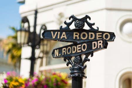 Photo pour Rodeo Drive cross street signs - image libre de droit