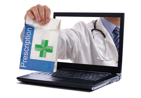 Foto de Internet drug store concept doctor holding prescription medicine through a laptop screen - Imagen libre de derechos